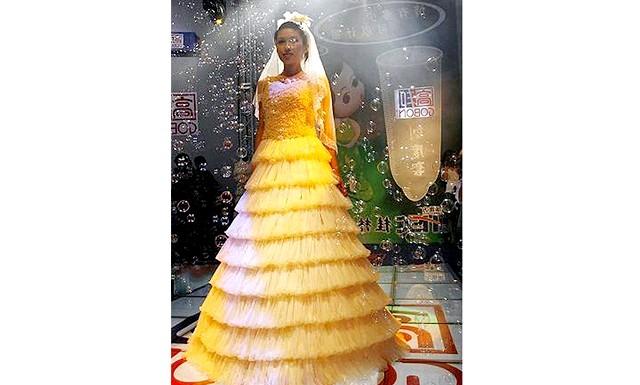 Самі екстравагантні вбрання наречених: Це весільну сукню цілком зроблено з презервативів спеціально для показу на Condom Fashion Show в Пекіні, Китай.