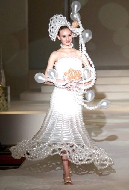 Самі екстравагантні вбрання наречених: Весільне вбрання з повітряних кульок.