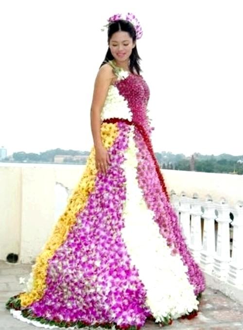 Самі екстравагантні вбрання наречених: Весільна сукня, цілком зшите з квітів.