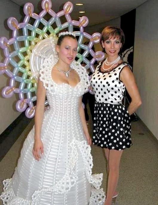Самі екстравагантні вбрання наречених: Ще одне «повітряне» плаття з кульок.