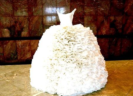 Самі екстравагантні вбрання наречених: Будьте обережні з вогнем, якщо не хочете, щоб це паперове весільне плаття загорілося прямо на вас.