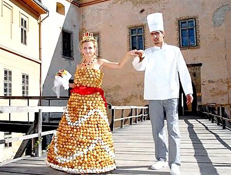 Самі екстравагантні вбрання наречених: Кондитер з Ужгорода (Західна Україна) і його наречена Вікторія у весільній сукні, приготованому з борошна, яєць, цукру і карамелі. 28-річному