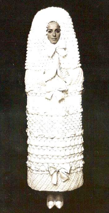 Самі екстравагантні вбрання наречених: За основу для створення свого весільного плаття Ів Сен-Лоран взяв російську матрьошку.