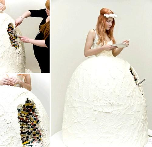Самі екстравагантні вбрання наречених: Люкка Сігурдардоттір придумала весільний наряд для наречених, які хочуть «одним ударом убити двох зайців» - і білосніжне весільне плаття надіти