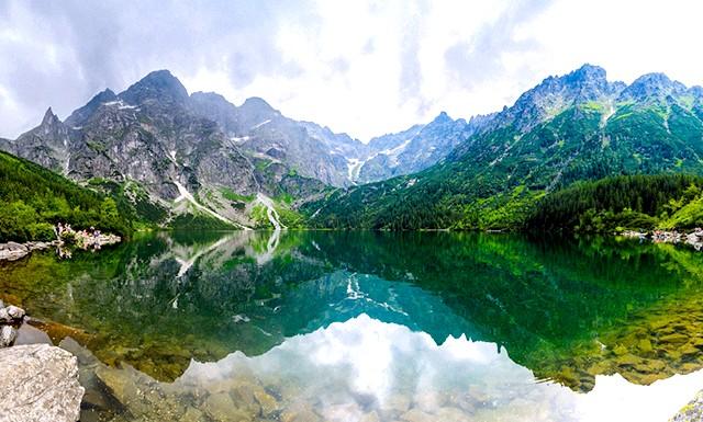 Найкрасивіші озера світу: 1. Морське Око в Польщі Одним з найкрасивіших озер у світі є Морське Око, яке знаходиться в синьо-зеленої