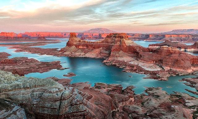 Найкрасивіші озера світу: 2. Озеро Пауелл в США Озеро Пауелл знаходиться в США, на кордоні штатів Юта і Арізона. Це штучна водойма,