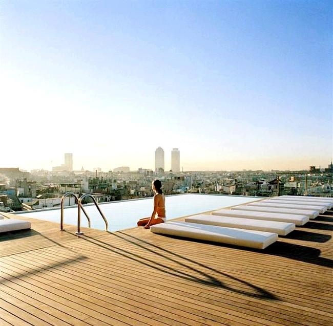 Самі незвичайні даху: Дерев'яний дах і басейн готелю Grand Hotel Central, Барселона, Іспанія