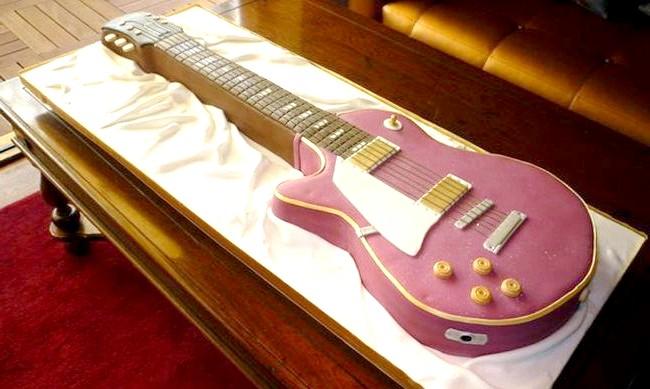 Найнеймовірніші шоколадні вироби: На шоколадної гітарі, звичайно, нічого зіграти не вийде, але виглядає вона чудово.