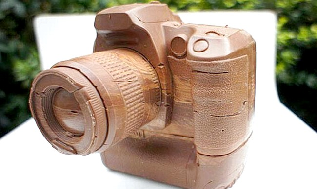 Найнеймовірніші шоколадні вироби: Фотографи тут же дізнаються модель шоколадного фотоапарата. Це репліка Canon D60.