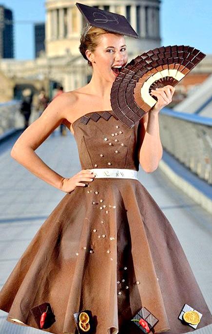 Найнеймовірніші шоколадні вироби: Озброївшись фотоапаратом, можна відправитися робити фотосесію з моделями, одягненими в шоколадні наряди, наприклад, від шотландського дизайнера Лоурен Сміт.