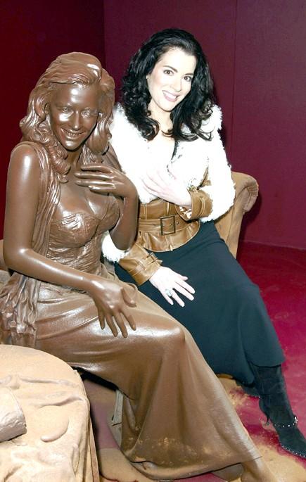 Найнеймовірніші шоколадні вироби: Шоколадними можуть бути не тільки наряди, а й цілі статуї. Нигелла Лосон, відома англійська телезірка, ведуча прогнозу погоди, автор кулінарних