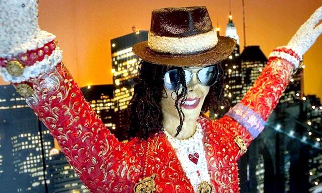 Найнеймовірніші шоколадні вироби: На виготовлення копії Майкла Джексона знадобилося 75 кг шоколаду. Створив статую іспанська кухар Льюс Муіксі і виставив в кондитерській міста