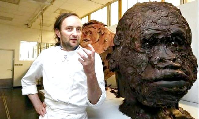 Найнеймовірніші шоколадні вироби: Французький скульптор Патрік Рожер створив безліч солодких статуй, в тому числі і голову жахливої мавпи.
