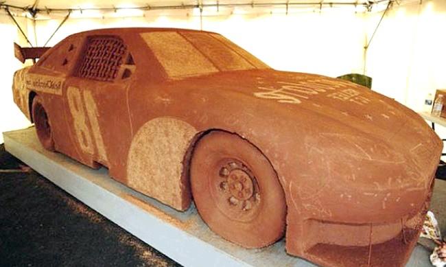 Найнеймовірніші шоколадні вироби: Тим, хто любить автомобілі і шоколад, припаде до душі ще один шедевр. Це репліка Toyota Camry, виконана з шарів шоколаду,