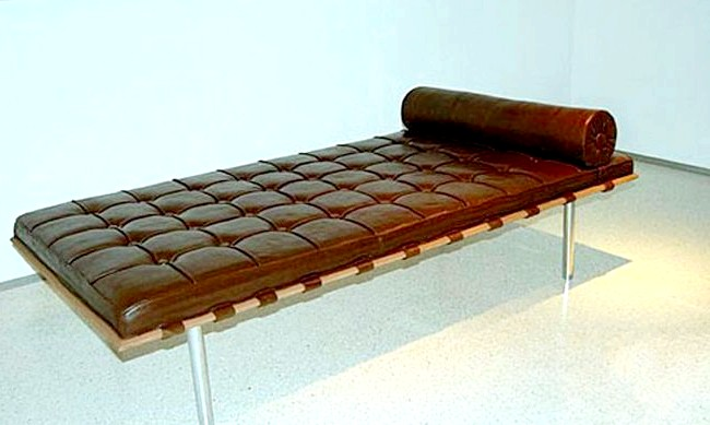 Найнеймовірніші шоколадні вироби: Аргентинський художник Леонардо Ерліх створив шоколадну репліку відомої кушетки Барселона від Мисан ван дер Рое.