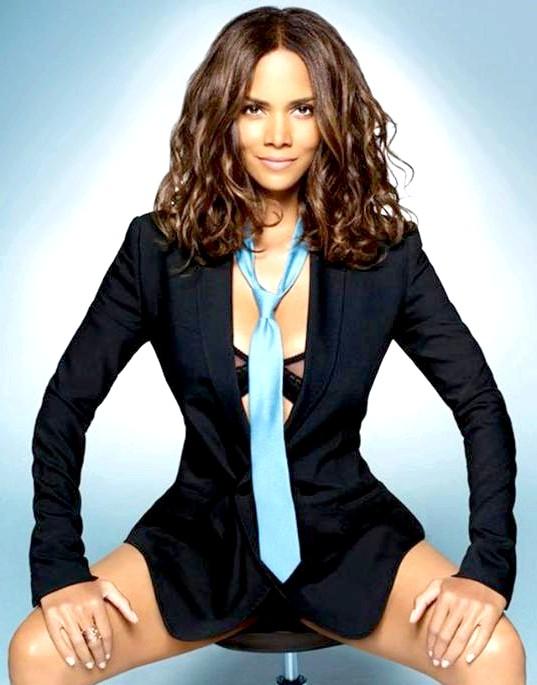 Найсексуальніші жінки за версією журналу Esquire: Холлі БерріАктріса Холлі Беррі стала найсексуальнішою жінкою за версією журналу Esquire в 2008 році.