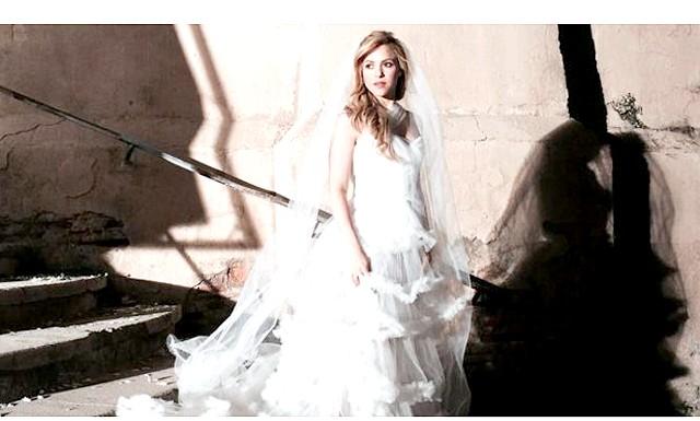 Шакіра приміряла весільну сукню: В вінчальну сукню дівчина вбралася для зйомок відеокліпу на одну з пісень свого нового альбому, який надійде в продаж 25