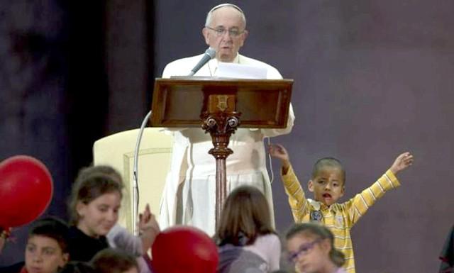 Шестирічний хлопчик подружився з Папою Римським: Папа погладив дитину по голові, після чого служба безпеки спробувала відвести хлопчика, щоб глава Римсько-католицької церкви зміг продовжити свій виступ.