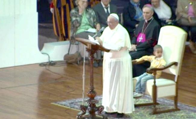 Шестирічний хлопчик подружився з Папою Римським: Два кардинала спробували привернути увагу хлопчика солодощами, проте дитина відмовився покинути Папу, чіпляючись за його ноги.