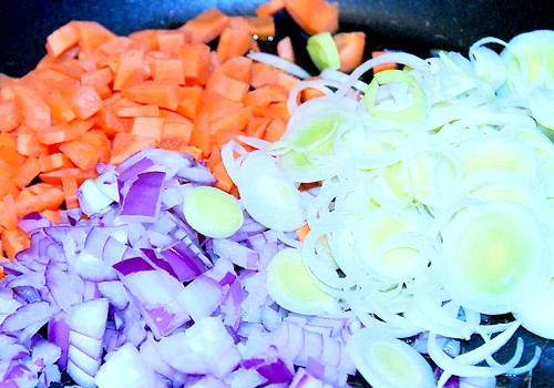 Солодкий перець з моцарелою: Для начинки цибулю очистити і нарізати. Морква вимити, очистити і нарізати маленькими кубиками. Лук-порей очистити і нарізати тонкими кільцями.