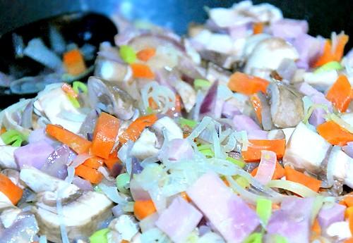 Солодкий перець з моцарелою: Печериці очистити і нарізати скибочками. Шинку нарізати кубиками. Гриби з шинкою додати до смажених овочів, посолити, поперчити і тримати на