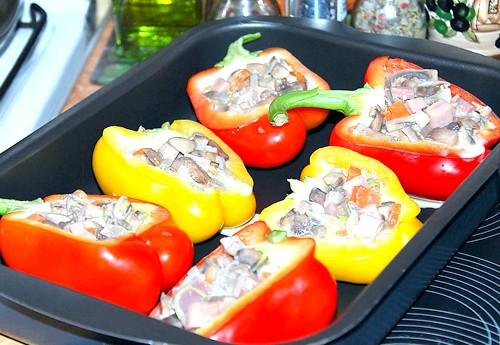 Солодкий перець з моцарелою: Духовку нагріти до 200 ° C. Половинки солодкого перцю наповнити вийшла начинкою, помістити на деко, влити м'ясний бульйон і запекать15-20 хв.