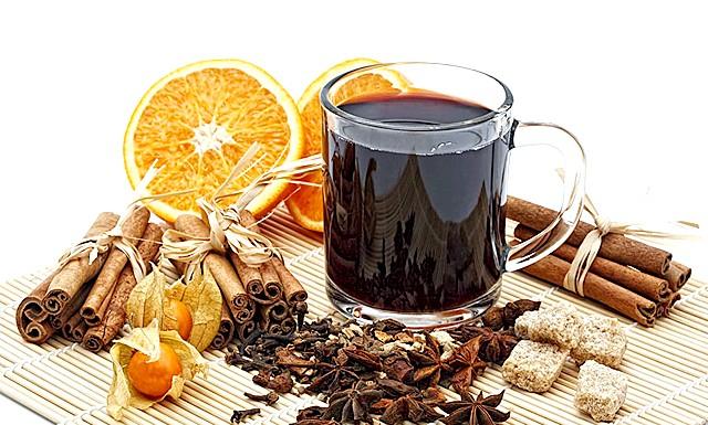Зігріваючі напої для новорічних свят: [i] Глінтвейн [/ i] [i] (нім. Палаюче вино, гаряче вино). [/ I] Це найвідоміший і популярний з гарячих алкогольних напоїв, який готують взимку практично скрізь