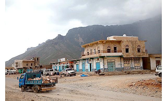 Сокотра - перлина Ємену: столиця Хадібо: Офіціант зганяє козу, мисливицю за крошками<!--dle_image_begin:http://img-fotki.yandex.ru/get/3910/evita11.55/0_1dd83_9495de2f_XL|--><img src=