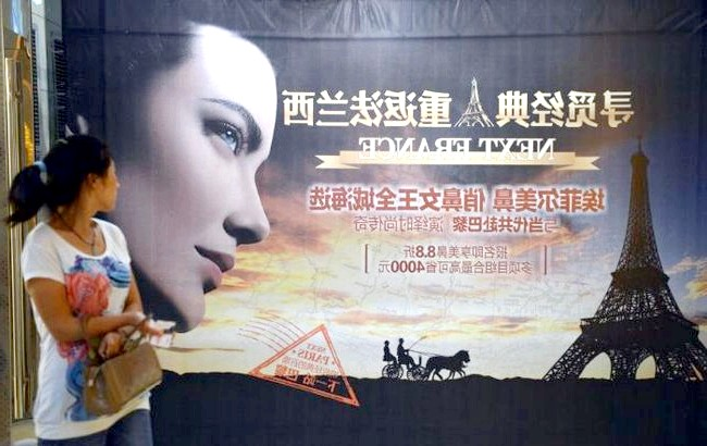 Студенти змінюють носи, щоб отримати роботу: В даний час місто Чунцин, де розташована клініка Ван Цумінга, прикрашають сотні плакатів, на яких жінка з практично ідеальним носом