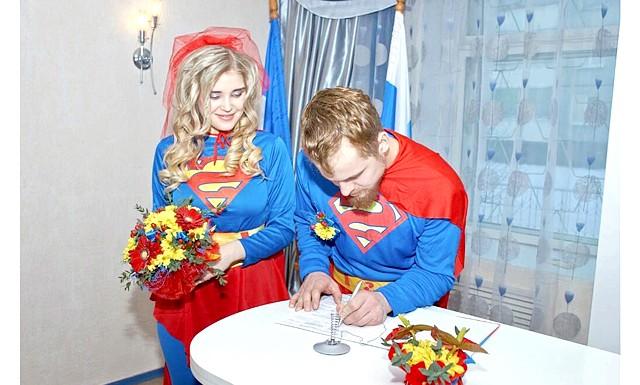 Весілля суперменів відбулася в Іркутській області: Молоді люди спонтанно вирішили одружитися через шість років романтичних стосунків.