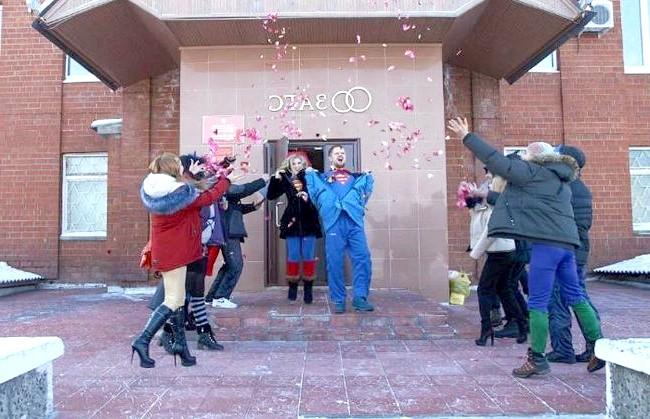 Весілля суперменів відбулася в Іркутській області: В знак своєї любові хлопці зробили татуювання на ногах. У Володимира - Міккі Маус, в Олександри - Міні Маус. Коли