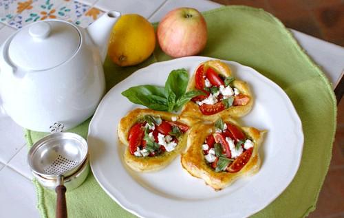 Тарталетки з помідорами і соусом песто