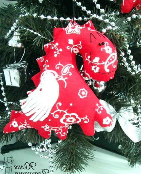 Текстильні дракончики до нового року: Отже, нам знадобиться: тканина, нитки, швейна машинка (хоча прі не маєтку її ви можете озброїтися власними руками