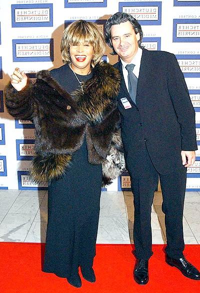 Тіна Тернер вийшла заміж: Скромна цивільна церемонія відбулася в Швейцарії (де пара живе останні 15 років) в кантоні Цюріх. Але подружжя пообіцяли, що ні