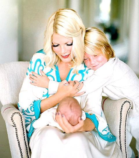 Торі Спеллінг після народження четвертої дитини: Торі - молодець. Враховуючи те, що після четвертої вагітності через три тижні після пологів їй довелося робити операцію через ускладнення,