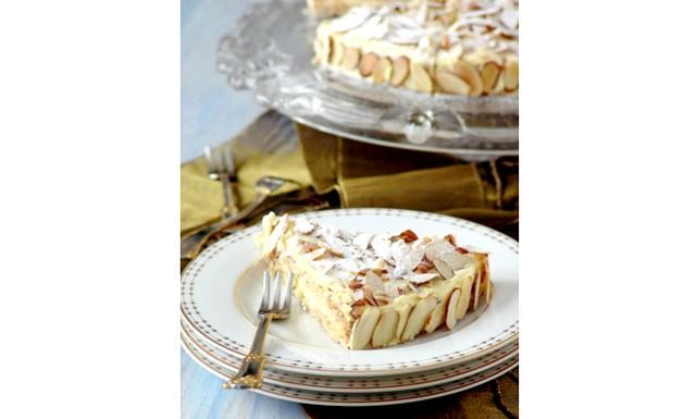 Торт на Новий Рік - найкращі рецепти: [color = Red] Шведський мигдальний торт з IKEA [/ color] 100 г мигдальної соломки 200 г меленого мигдалю 4 яйця