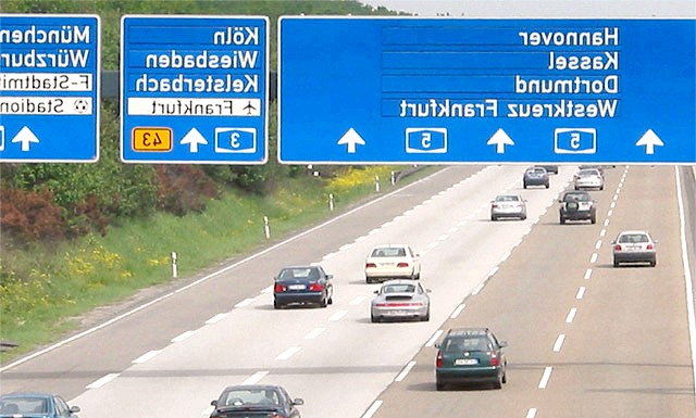 У Німеччині молодожон забув дружину на автозаправці: На автозаправній станції жінка відлучилася в туалет, а коли повернулася, не знайшла на місці ні машини, ні свого чоловіка.