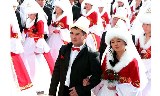 У масовій весіллі в Бішкеку брало участь 50 пар: Молоді люди не приховують своєї радості - для багатьох з них справжнє весілля з весільним платтям для нареченої і костюмом