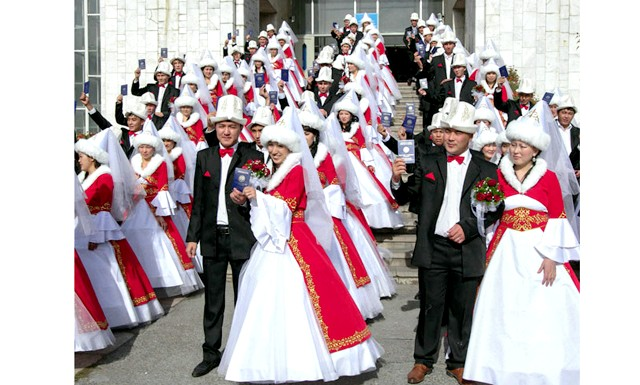 У масовій весіллі в Бішкеку брало участь 50 пар: