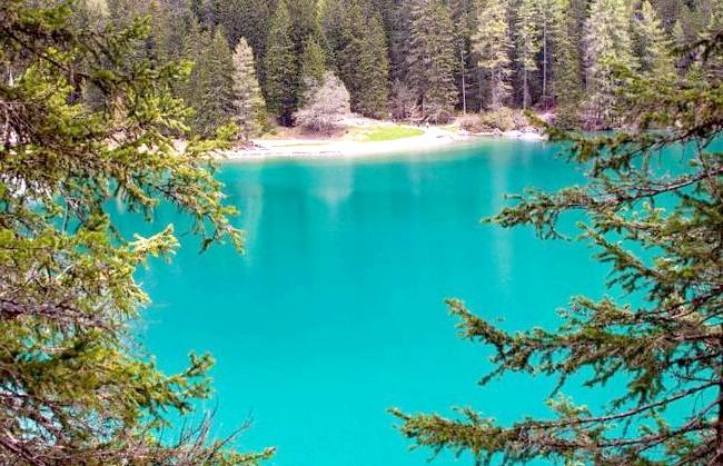 У світі є місце, де час зупинився: Озеро знаходиться на півночі Італії і оточене горами.