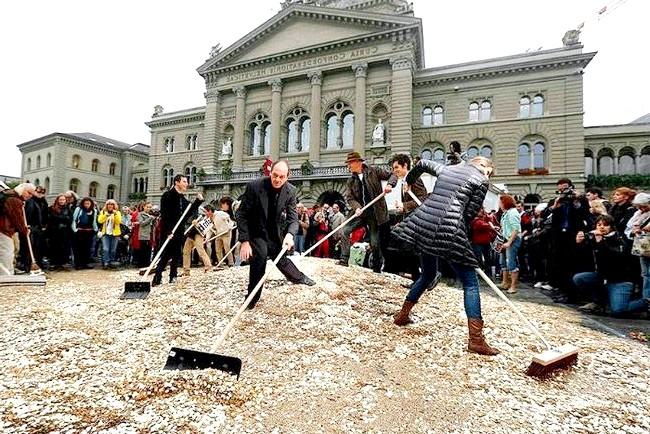 У Швейцарії все буде безкоштовно і все буде в кайф: Більшу частину монет по завершенні святкування зібрали, але частина осіла в кишенях городян. Втім, це не засмутило організаторів шоу.