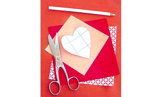 Валентинки з секретик: Крок 2. За допомогою олівця перенесіть шаблони на декоративну папір. Лінії згинів краще не відзначати на папері, щоб потім не