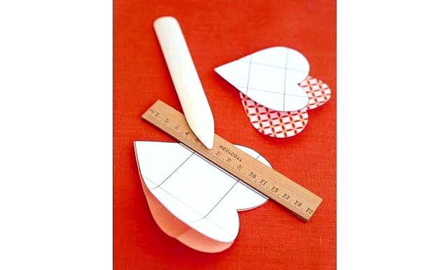 Валентинки з секретик: Крок 3. Тепер сердечка з декоративного паперу акуратно складаємо по продавлені лініях. В серединку самого маленького сердечка вкладаємо сюрприз, вкладаємо