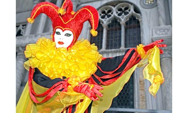 Венеціанський карнавал - 2014 відкрився парадом гондол: У цей час місто з його вулицями і площами, каналами, гондольєрами і мостами перетворюється на гігантську сцену, на якій розгортається