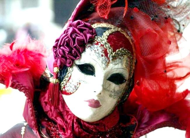 Венеціанський карнавал - 2014 відкрився парадом гондол: Карнавал завершується парадом костюмів, феєрверком і спаленням солом'яного опудала - ритуалом, який символізує оновлення природи. А після карнавалу дзвін дзвонів