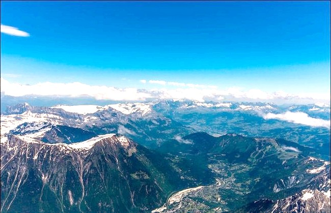 Вершина Aiguille Du Midi - 3842 метри над рівнем моря: Це дійсно неймовірно красиве місце, яке не залишає байдужим абсолютно нікого. Тим більше, в наш час реалізувати це бажання не так