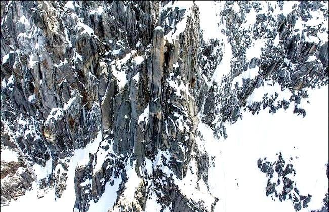 Вершина Aiguille Du Midi - 3842 метри над рівнем моря: Вершина Егюй ду Міді є, напевно, другий по популярності після Монблану вершиною у французьких Альпах. Щодня сюди піднімається більше 2