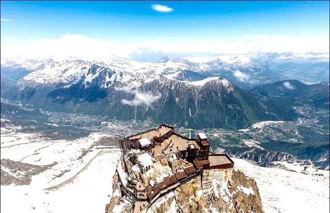 Вершина Aiguille Du Midi - 3842 метри над рівнем моря: Дістатися до вершини можна по канатній дорозі, яка була побудована ще в 1955 році. До речі, ця канатна дорога Шамоні -