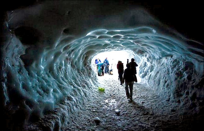 Вершина Aiguille Du Midi - 3842 метри над рівнем моря: На Егюй дю Міді кілька оглядових майданчиків, розташованих на різних рівнях. Верхня, що знаходиться на висоті 3842 метри, підноситься над самою
