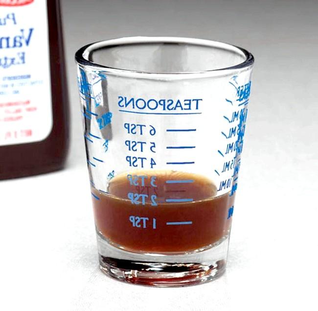 Речі для економії часу і порядку в домі: На стаканчик від Mileskimball нанесена зручна розмітка - з її допомогою можна відмірювати обсяг, виражений в чайних ложках.